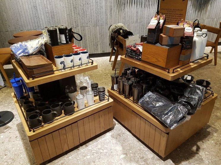 스타벅스커피코리아의 50번째 리저브 바 매장인 대한상공회의소R점에 구비된 MD. 이선애 기자 lsa@