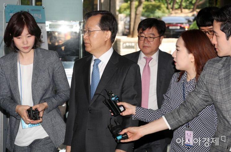 [포토]기자 질문 지나치는 박병대 전 대법관