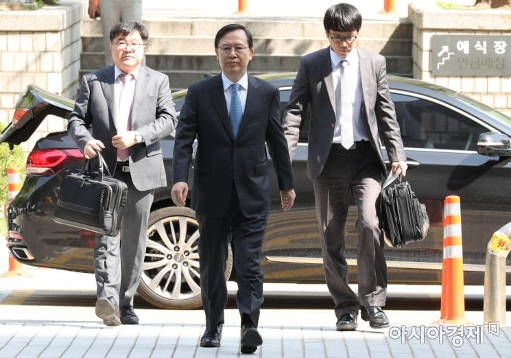 [포토]무거운 발걸음 옮기는 박병대 전 대법관