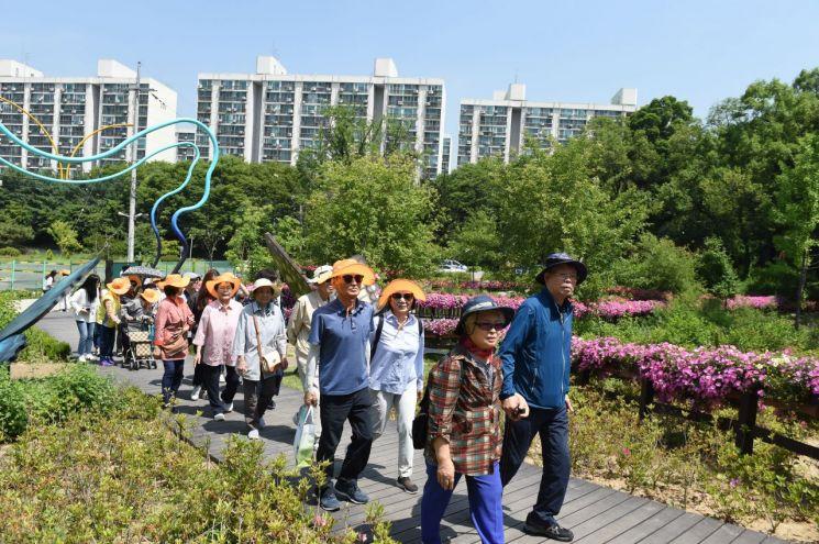 [포토]오승록 노원구청장, 치매어르신 및 꽃길봉사단과 나비정원 함께 걸어