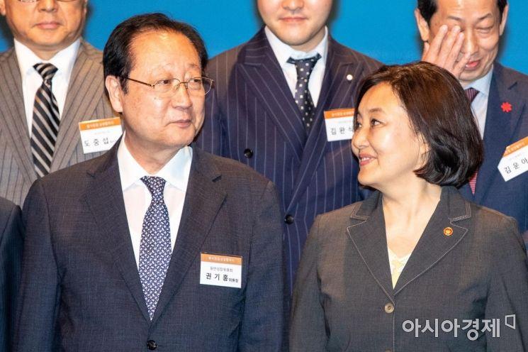 [포토]의견 나누는 박영선 장관-권기홍 위원장