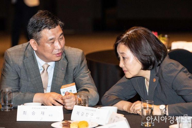 [포토]의견 나누는 박영선 장관-최승재 회장