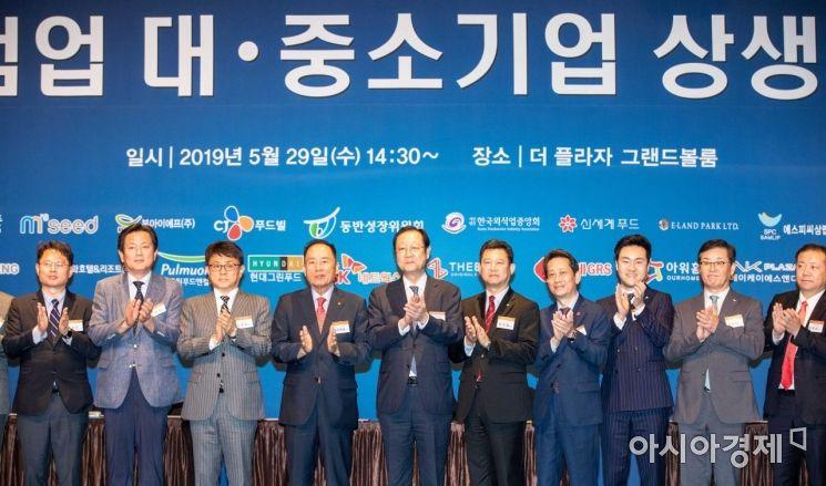[포토]음식점업 대중소기업인들과 박수치는 권기홍 위원장