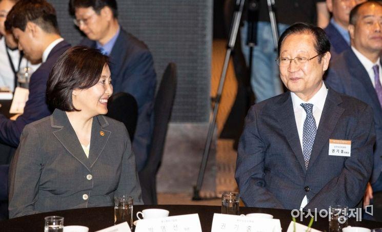 [포토]대화하는 박영선 장관-권기홍 위원장