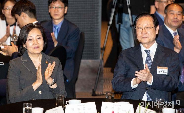[포토]박수치는 박영선 장관-권기홍 위원장