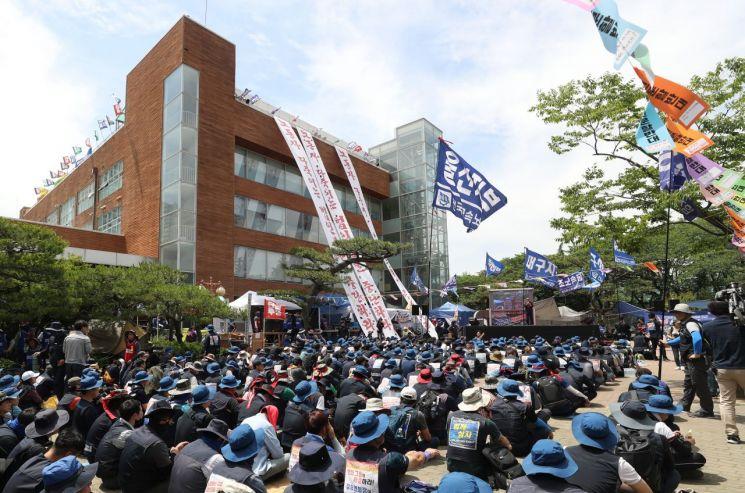 현대중공업 노조 농성장서 열린 영남권 노동자 결의대회. 사진=연합뉴스.