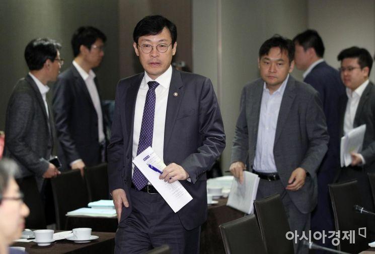 [포토] 국민연금기금운용위 참석하는 이호승 차관