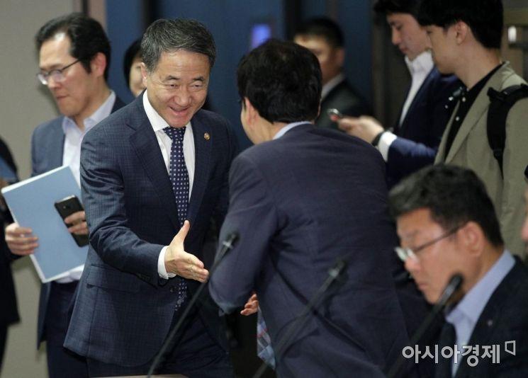 [포토] 참석자들과 악수하는 박능후 장관