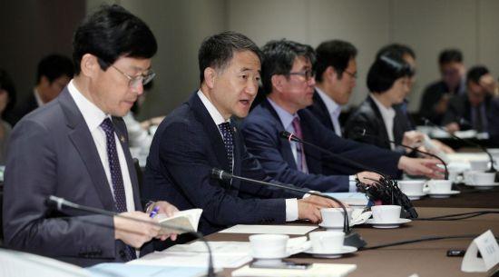 박능후 보건복지부 장관(왼쪽 두 번째)이 31일 서울 중구 플라자호텔에서 열린 국민연금 기금운용위원회에서 모두발언을 하고 있다./김현민 기자 kimhyun81@