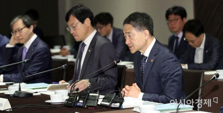 박능후 보건복지부 장관(오른쪽 두 번째)이 31일 서울 중구 플라자호텔에서 열린 국민연금 기금운용위원회에서 모두발언을 하고 있다./김현민 기자 kimhyun81@