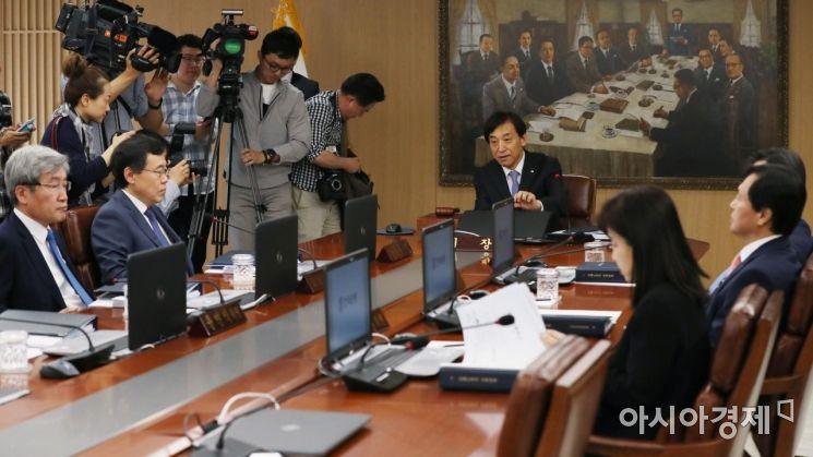 이주열 한국은행 총재가 31일 서울 중구 한국은행에서 열린 금융통화위원회를 주재하고 있다./김현민 기자 kimhyun81@