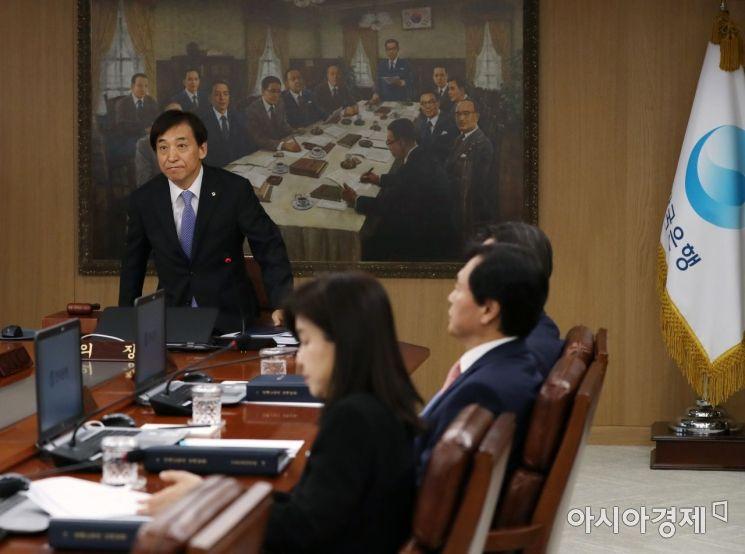 [포토] 금통위 주재 위해 자리하는 이주열 총재