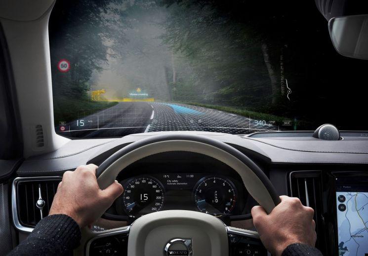 볼보자동차는 자동차 개발에 혼합현실 기술을 세계 최초로 적용했다.볼보자동차는 이번 기술 도입을 통해 개발 과정에서의 시간과 비용을 줄일 수 있을 것으로 기대했다. / 사진=볼보코리아