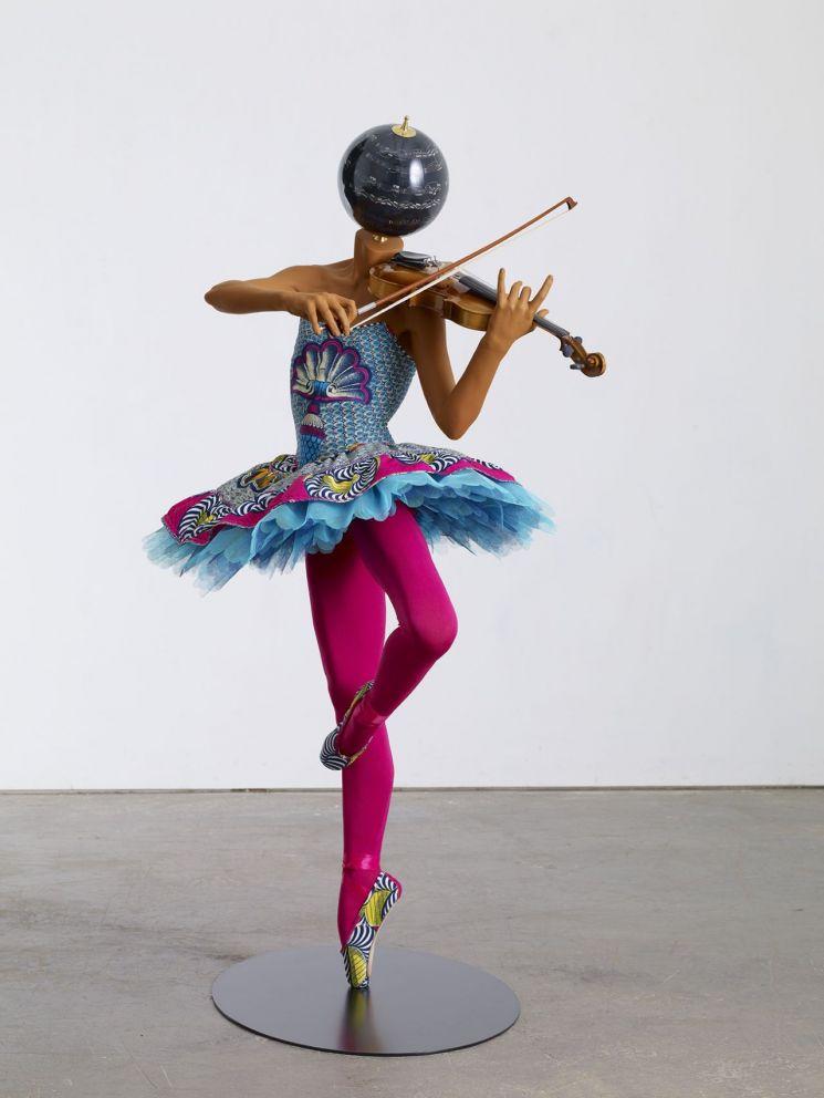 잉카 쇼니바레 CBE '바이올린을 든 발레리나'  [사진= 아트부산 제공]