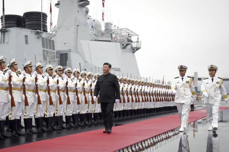 시진핑 중국 국가주석이 지난달 23일(현지시간) 산둥성 칭다오에서 열린 인민해방군 해군 창설 70주년 기념 국제 관함식(해상 열병식)에서 구축함 시닝(西寧)호 승선에 앞서 의장대를 사열하고 있다. (사진=연합뉴스)