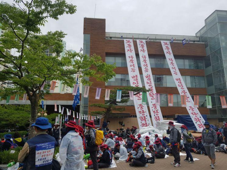 31일 울산 동구 한마음회관 앞에서 임시 주총을 막기위해 노조원들이 자리를 지키고 있다.