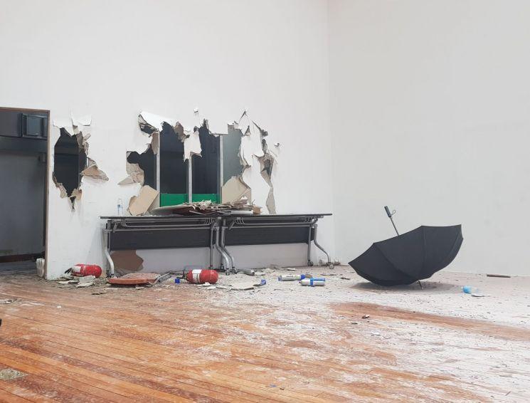 31일 현대중공업 임시 주주총회가 열린 울산대학교 체육관은 한쪽 벽면이 부서지고 소화기 분말이 바닥에 뿌려지는 등 격렬했던 현장을 보여주고 있다.