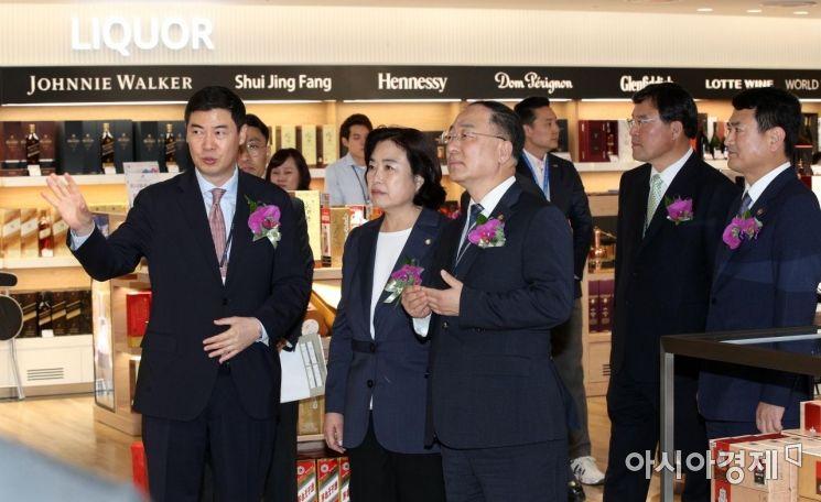 [포토] 입국장면세점 둘러보는 홍남기-박순자
