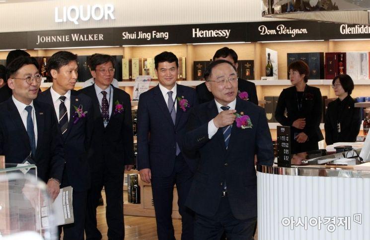 홍남기 경제부총리 겸 기획재정부 장관이 31일 인천공항 제2여객터미널에서 열린 입국장면세점 개장식을 마친 뒤 참석자들과 내부를 둘러보고 있다./영종도=김현민 기자 kimhyun81@