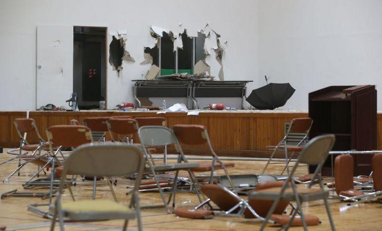 31일 오전 현대중공업 주주총회가 열린 울산대학교 체육관의 벽면이 파손된 가운데 의자가 이리저리 흩어져 있다. [이미지출처=연합뉴스]