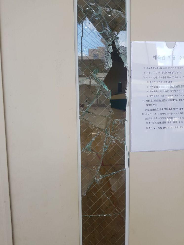 31일 오전 현대중공업 주주총회가 열린 울산대학교 체육관 출입문의 유리가 깨져있다.