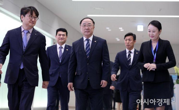[포토] 입국장면세점 개장식 참석하는 홍남기 부총리