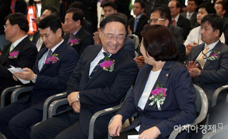 [포토] 박순자 의원과 대화하는 홍남기 부총리