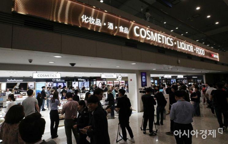 31일 인천국제공항 제1여객터미널에 개장한 입국장면세점이 이용객들로 붐비고 있다./영종도=김현민 기자 kimhyun81@