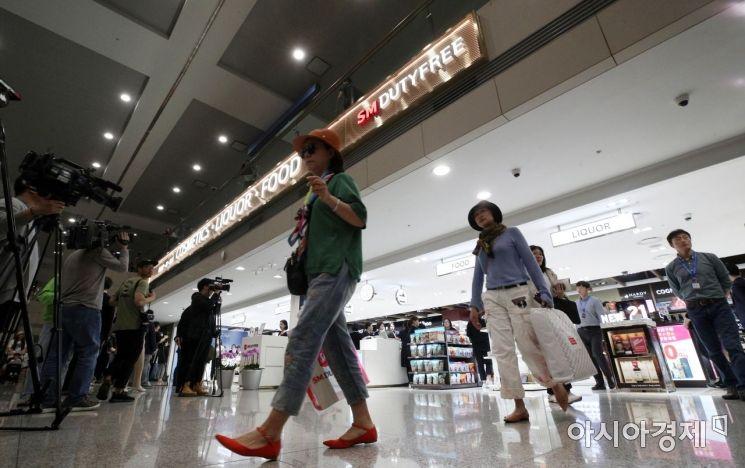 [포토] 입국장면세점 이용하는 여행객들