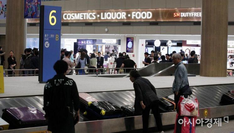 31일 인천국제공항 제1여객터미널에 개장한 입국장면세점이 여행객들로 붐비고 있다./영종도=김현민 기자 kimhyun81@