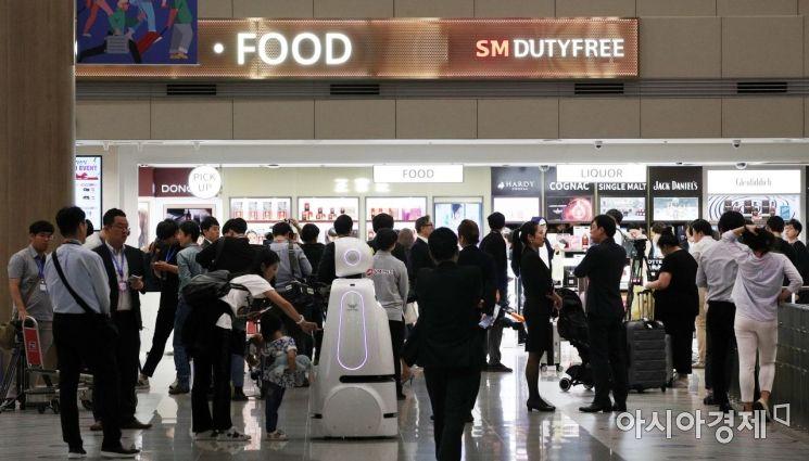 31일 인천국제공항 제1여객터미널에 개장한 입국장면세점이 붐비고 있다./영종도=김현민 기자 kimhyun81@
