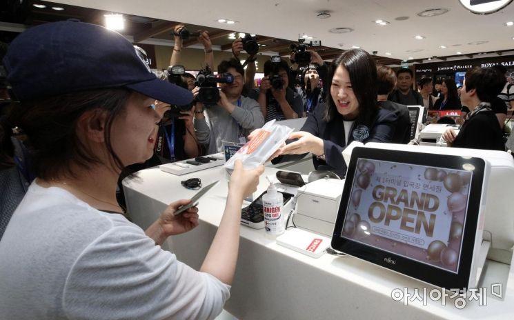 [포토] 입국장면세점의 첫 구매 고객