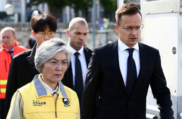 강경화 외교부 장관이 31일 헝가리에 도착해 페테르 씨야트로 헝가리 외교부 장관과 함께 유람선 침몰사고 현장을 둘러보고 있다. [이미지출처=로이터연합뉴스]