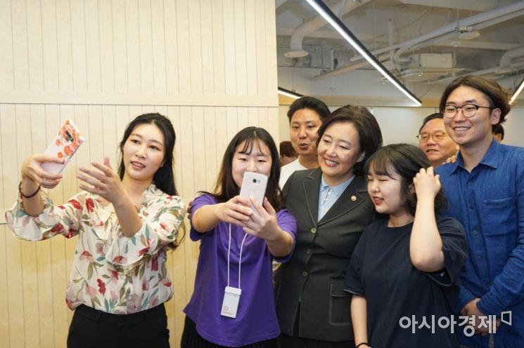 박영선 중기부 장관이 디캠프 입주사 직원들과 함께 사진을 찍고 있다.