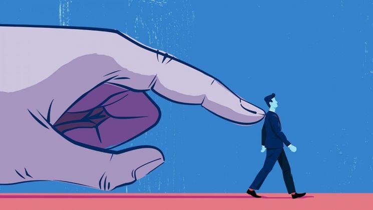 온라인과 모바일 앱을 중심으로 비합리적 구매를 교묘히 유도하는 기업의 상술이 갈수록 정교해지고 있다. 사진 = getty image