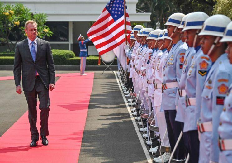 인도네시아를 방문한 패트릭 섀너핸 미국 국방장관 대행이 지난달 30일 수도 자카르타에서 열린 환영행사에서 의장대를 사열하고 있다. (사진=연합뉴스)