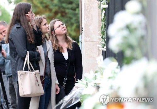 한국인 희생자 추모하는 헝가리인들.(사진=연합뉴스)