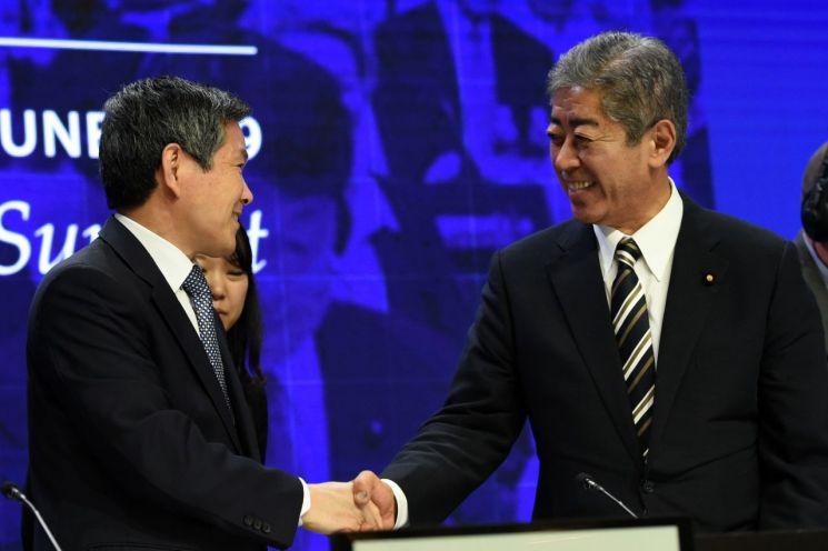 1일 싱가포르의 아시아안보회의(샹그릴라 대화)에 참석 중인 정경두 국방부 장관(왼쪽)이 이와야 다케시 일본 방위상과 악수하고 있다. (사진=연합뉴스)