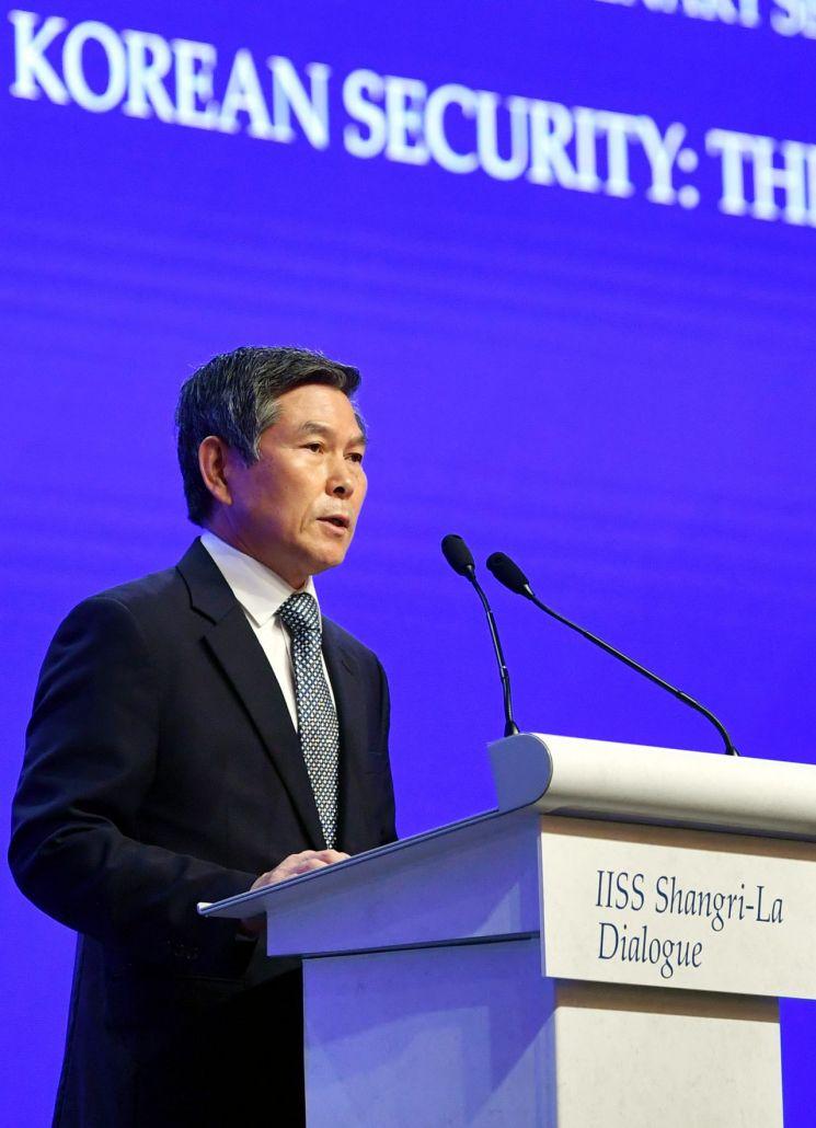 정경두 국방부 장관이 1일 싱가포르에서 열린 제18차 아시아안보회의(일명 샹그릴라 대회)에서 '한반도 안보와 다음 단계'를 주제로 본회의 연설을 하고 있다. (사진=국방부)