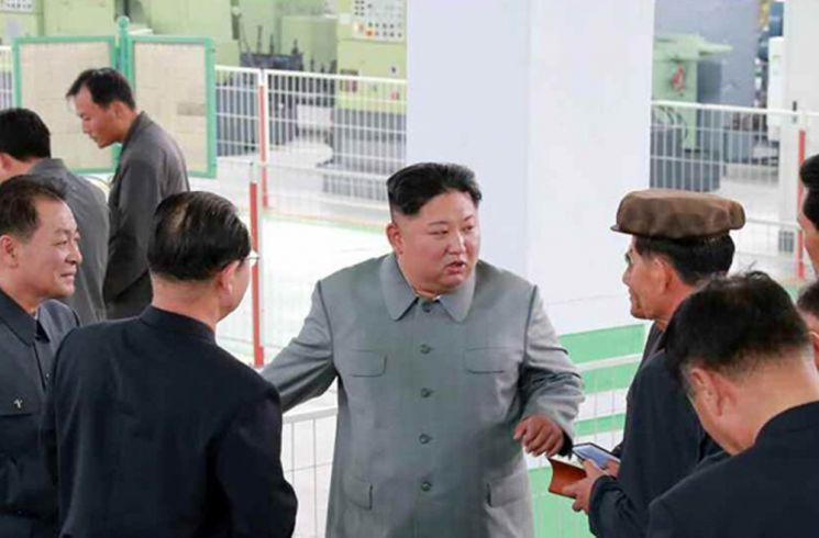 김정은 북한 국무위원장이 평남기계종합공장을 현지 지도했다고 조선중앙통신이 2일 보도했다. 사진은 중앙통신이 홈페이지에 공개한 김 위원장이 관계자들에게 무엇인가를 지시하고 있는 모습.