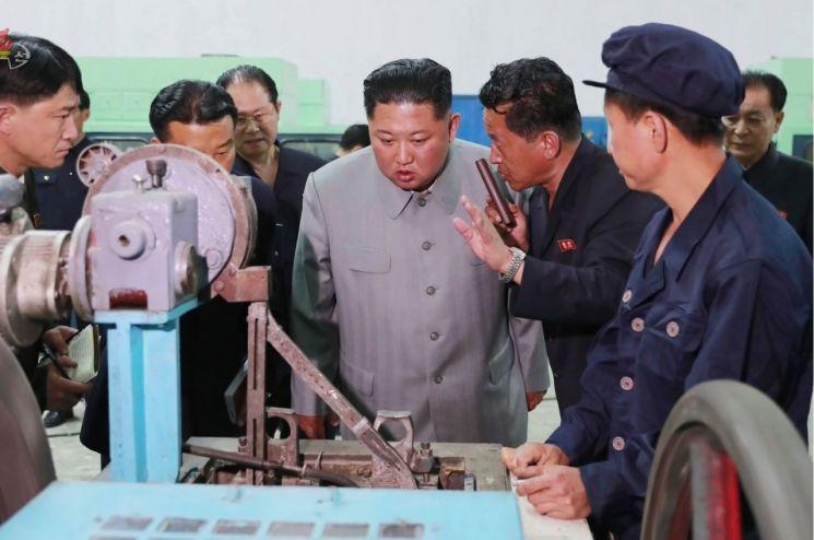 김정은 북한 국무위원장이 자강도 강계정밀기계종합공장을 현지지도했다고 조선중앙TV가 1일 보도했다.