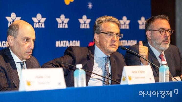 [포토]취재진 질문 받는 쥐니아크 IATA 사무총장