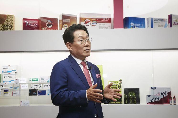 김국현 이니스트그룹 회장이 지난달 30일 경기도 용인시 이니스트그룹 본사에서 열린 '이노비즈 피알데이(PR-day)'에서 기업 소개를 하고 있다.