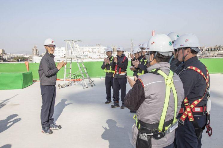 ▲지난해 말 울산CLX VRDS 건설 현장을 방문한 SK에너지 조경목 사장이 관련 구성원들을 격려하고 있다.