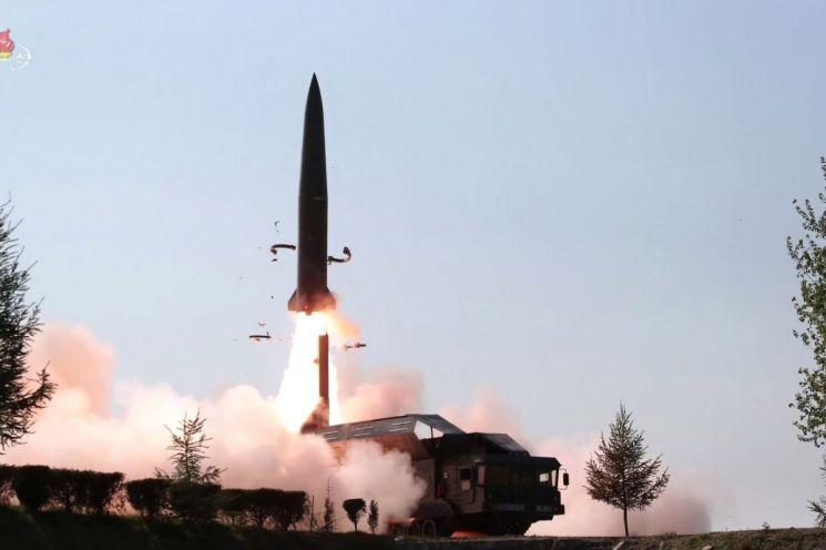 지난달 10일 북한 조선중앙TV가 공개한 훈련 모습으로 단거리 미사일 추정체가 이동식 발사차량(TEL)에서 공중으로 치솟고 있다. (사진=연합뉴스)