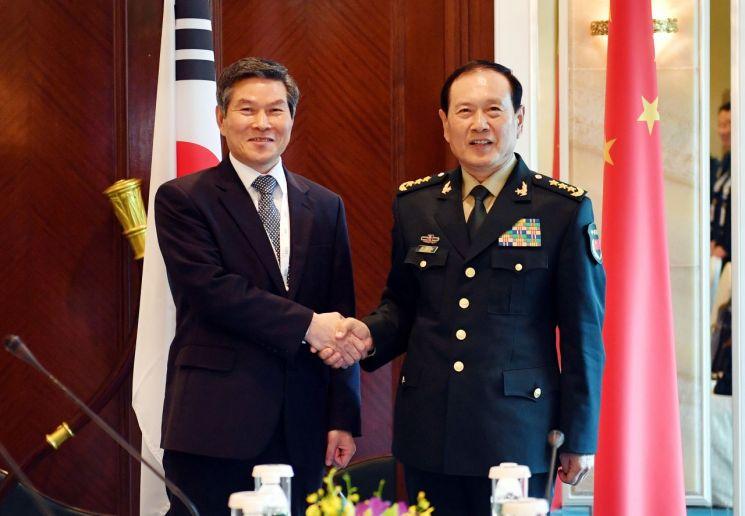 제18차 아시아안보회의(샹그릴라 대화) 참석차 싱가포르를 방문 중인 정경두 국방부 장관이 1일 웨이펑허 중국 국무위원 겸 국방부장(장관)과 회담에 앞서 기념촬영을 하고 있다. (사진=국방부)