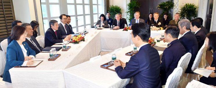 제18차 아시아안보회의 참석을 위해 싱가포르를 방문 중인 정경두 국방부 장관이 2일 패트릭 섀너핸 미국 국방장관 대행, 이와야 다케시 일본 방위상과 샹그릴라호텔에서 회담하고 있다. (사진=국방부)