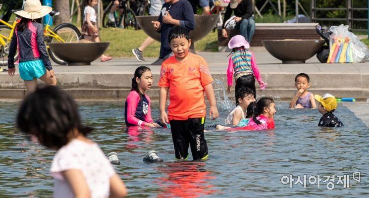 [포토]초여름 더위에 물놀이 즐기는 어린이들