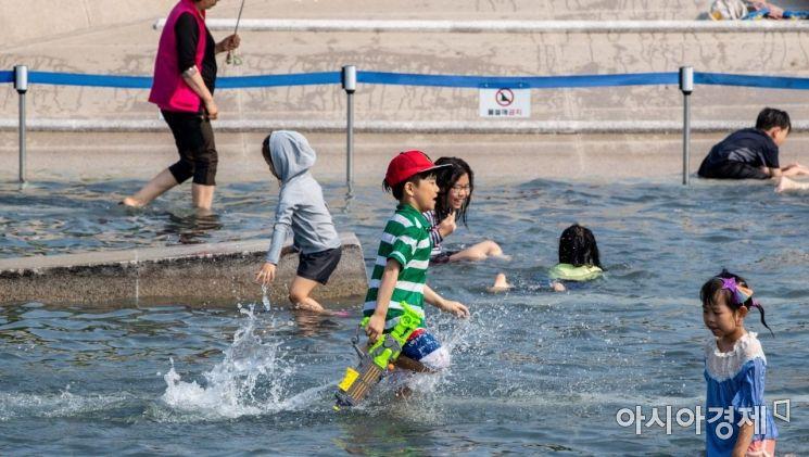 [포토]물만난 어린이들