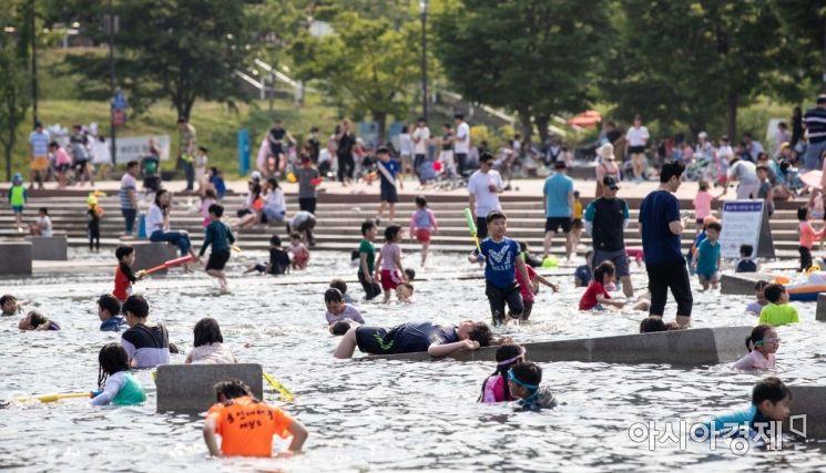 [포토]서울 한 낮 기온 28도, 한강공원 찾은 어린이들